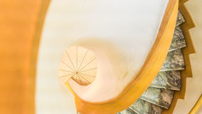 Opinião da desvantagem de uma escadaria espiral Fotos de Stock