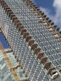 Opinião da esquina da rua de um canteiro de obras de uma construção do arranha-céus foto de stock royalty free