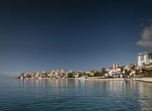 Opinião da estância turística de Sarande na costa do sul de Albânia Imagens de Stock