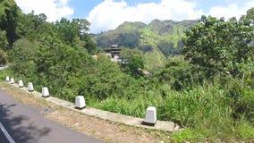 Opinião da estrada da montanha do carro em Ella, Sri Lanka filme