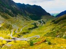 A opinião da estrada de Transfagarasan, Romênia, gancho de cabelo dobra-se fotografia de stock royalty free