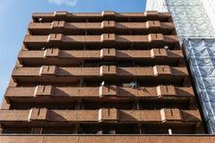 Opinião da fachada da construção de tijolo de baixo com da luz solar e sombra em Sapporo no Hokkaido, Japão Imagem de Stock