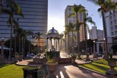 Opinião da fonte em Horton Plaza quando por do sol Imagens de Stock