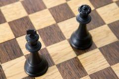 Opinião da foto de acima de partes de xadrez na placa Fotos de Stock Royalty Free