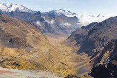 Opinião da fuga do rio da garganta do vale do cume das montanhas, EL Choro Bolívia Fotos de Stock Royalty Free