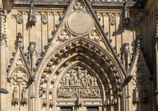 Opinião da grande porta ocidental, catedral do close up do St Vitus, castelo de Praga, República Checa foto de stock