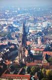 Opinião da igreja de Freiburger, Freiburg im Breisgau, Alemanha foto de stock royalty free