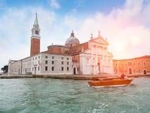 Opinião da igreja de San Giorgio Maggiore Barco do táxi no canal fotos de stock royalty free