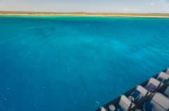 Opinião da ilha das Caraíbas do navio de cruzeiros Imagem de Stock