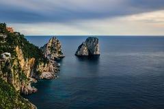 Opinião da ilha de Capri sob o céu nebuloso após a tempestade imagens de stock royalty free