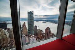 Opinião da janela do apartamento luxuoso em New York City Manhattan Conceito 6 dos bens imobiliários imagem de stock