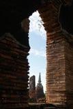 Opinião da janela do pagode velho com o céu nebuloso em Tailândia Fotos de Stock Royalty Free