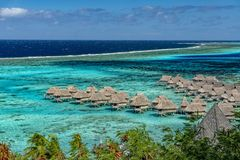 Opinião da lagoa de Moorea em Tahiti no bungalow do overwater imagem de stock royalty free