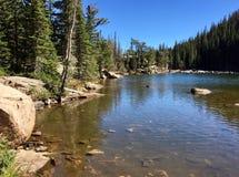 Opinião da linha costeira do lago ideal Imagens de Stock