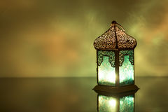 Opinião da luminosidade reduzida da lanterna colorida em um vidro Fotografia de Stock Royalty Free