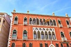 Opinião da luz do dia à fachada colorida vibrante de uma construção em Riva d foto de stock