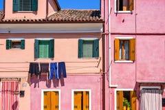 Opinião da luz do dia à fachada cor-de-rosa vibrante da parte dianteira da casa foto de stock royalty free