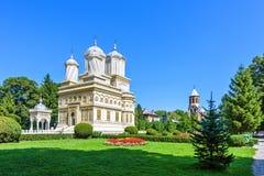 Opinião da luz do dia ao parque e à catedral do jardim do monastério no backgrou imagem de stock