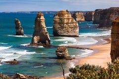 Opinião da luz do dia em uma costa de doze apóstolos pelo grande oceano Rd Imagem de Stock