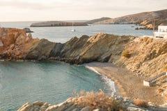 Opinião da manhã da baía com uma costa rochosa fotografia de stock royalty free