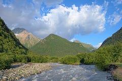 A opinião da manhã do rio de Khares e Kubus montam, Cáucaso, Rússia Fotografia de Stock Royalty Free