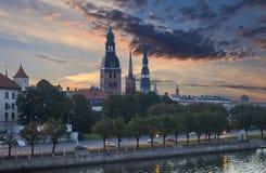 Opinião da manhã em Riga velho, Letónia Fotografia de Stock