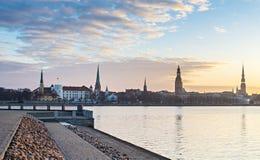 Opinião da manhã em Riga velho, Letónia Foto de Stock