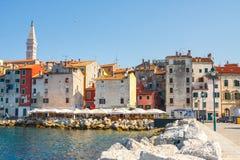 Opinião da manhã na cidade velha Rovinj do porto com restaurantes exteriores, Croácia Imagens de Stock Royalty Free