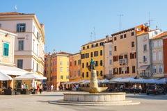 Opinião da manhã na cidade velha Rovinj do porto com restaurantes exteriores, Croácia Imagens de Stock