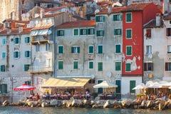 Opinião da manhã na cidade velha Rovinj do porto com restaurantes exteriores, Croácia Imagem de Stock Royalty Free