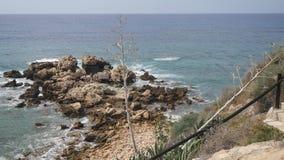 Opinião da manhã na praia rochosa As ondas do mar Mediterrâneo deixam de funcionar nas pedras que criam a espuma e as bolhas bran vídeos de arquivo