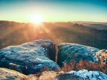 Opinião da manhã sobre a formação do arenito no vale enevoado Sonho fantástico foto de stock