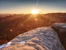 Opinião da manhã sobre a formação do arenito no vale enevoado Sonho fantástico foto de stock royalty free