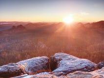 Opinião da manhã sobre a formação do arenito no vale enevoado Sonho fantástico imagens de stock royalty free
