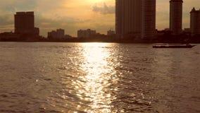 Opinião da margem de Chao Phraya da noite em Tailândia filme