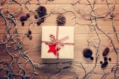 Opinião da mesa de cima com do presente do xmas e das luzes feericamente do Natal, conceito retro do xmas Imagem de Stock Royalty Free