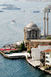 Opinião da mesquita pelo mar Fotografia de Stock Royalty Free