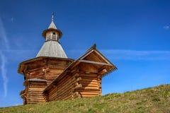 Opinião da mola da torre de madeira do curso do monastério de Nikolo-Korelsky no museu de Kolomenskoye Foto de Stock Royalty Free