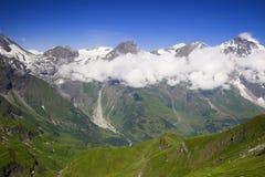 A opinião da montanha alta com nuvens e frosen a neve Fotografia de Stock