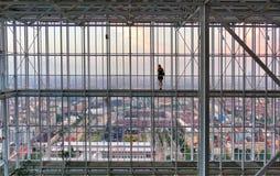 Opinião da mulher dos olhares de trás no panorama da cidade do arranha-céus Foto de Stock Royalty Free