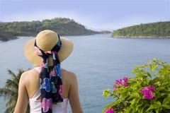 Opinião da mulher e de oceano Fotos de Stock Royalty Free