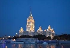 Opinião da noite à construção do hotel de Radisson Ucrânia no rio de Moscou e de Moscou fotos de stock royalty free