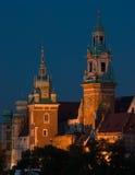 Opinião da noite ao castelo real de Wawel em Cracow, Poland imagem de stock