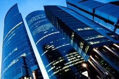 Opinião da noite ao centro de negócios novo Fotografia de Stock Royalty Free
