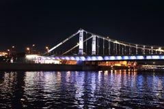 Opinião da noite ao rio de Moscou e à ponte de Kuznetskiy, Moscou foto de stock