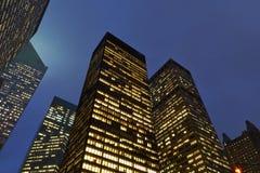 Opinião da noite arquitetos dos manhattans Fotografia de Stock