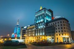 Opinião da noite da baixa com a construção e o Banco da China PASSADOS Foto de Stock Royalty Free