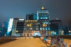 Opinião da noite da baixa com a construção e o Banco da China PASSADOS Imagens de Stock
