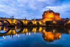 Opinião da noite Castel Sant 'Angelo Castle do anjo santamente em R imagens de stock