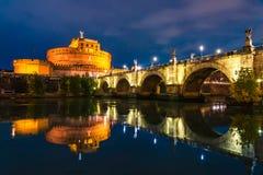 Opinião da noite Castel Sant 'Angelo em Roma, Itália imagens de stock royalty free